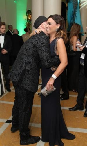 1º.mar.2014 - O humorista Paulo Gustavo dá um abraça na atriz Suzana Pires ao chegar no baile de Carnaval do Copacabana Palace