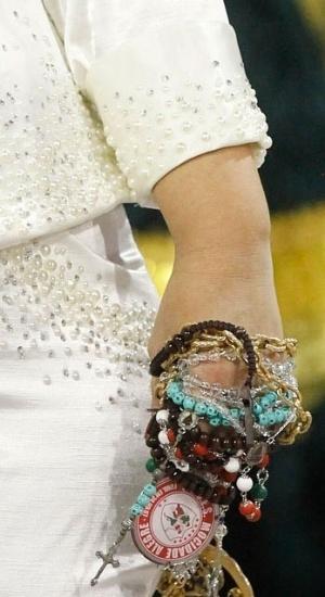 2.mar.2014 - Detalhe da mão presidente da Mocidade Alegre, Solange Bichara, que passou mal durante o desfile