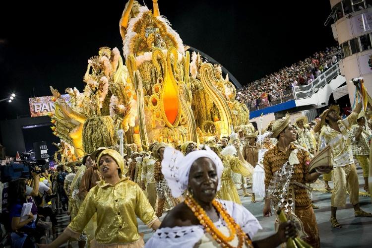 2.mar.2014 - Mocidade Alegre, escola que venceu as últimas duas edições do Carnaval paulistano, desfila no Sambódromo do Anhembi