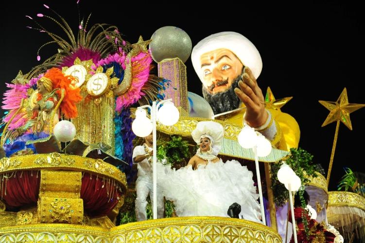 2.mar.2014 - Carro alegórico da Mocidade Alegre falou sobre o comércio da fé