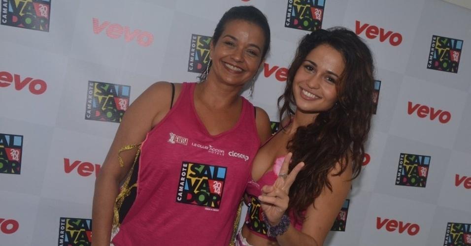 2.mar.2014 - A atriz Nanda Costa chega ao Camarote Salvador acompanhada da mãe, Patrícia