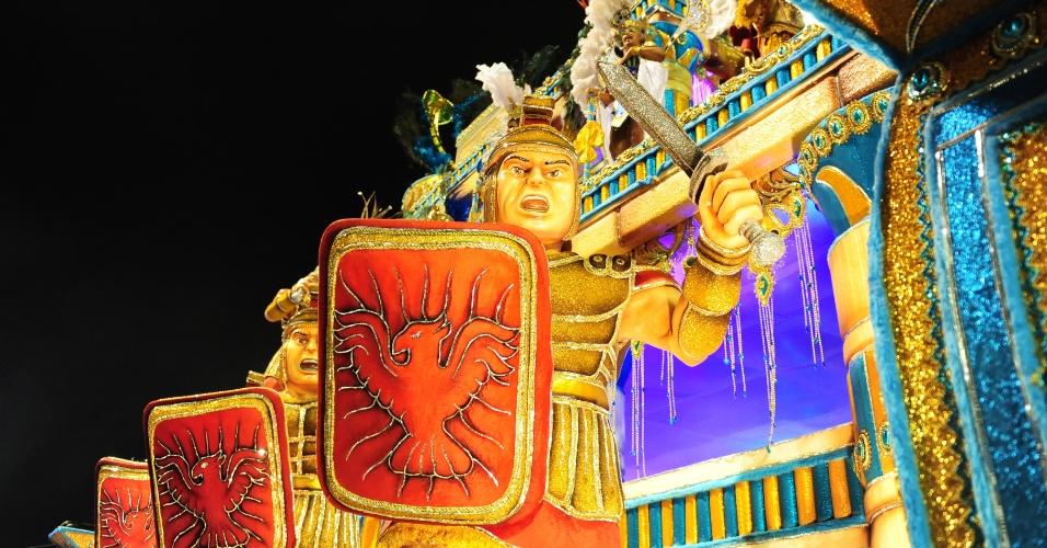 """2.mar.2014 - A Nenê de Vila Matilde traz ao Anhembi o enredo """"Paixões Proibidas e outros Amores"""", do carnavalesco Paulo Alexandre, o Magoo, sobre casais que viveram amores impossíveis"""