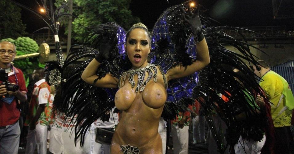 2.mar.2014 - Agora com a fantasia completa, Mulher Melão aguarda o início do desfile da Grande Rio