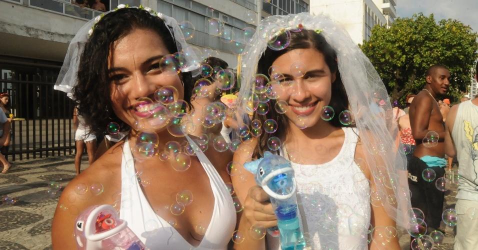 2.mar.2014 - Amigas são envolvidas pelas bolhas de sabão