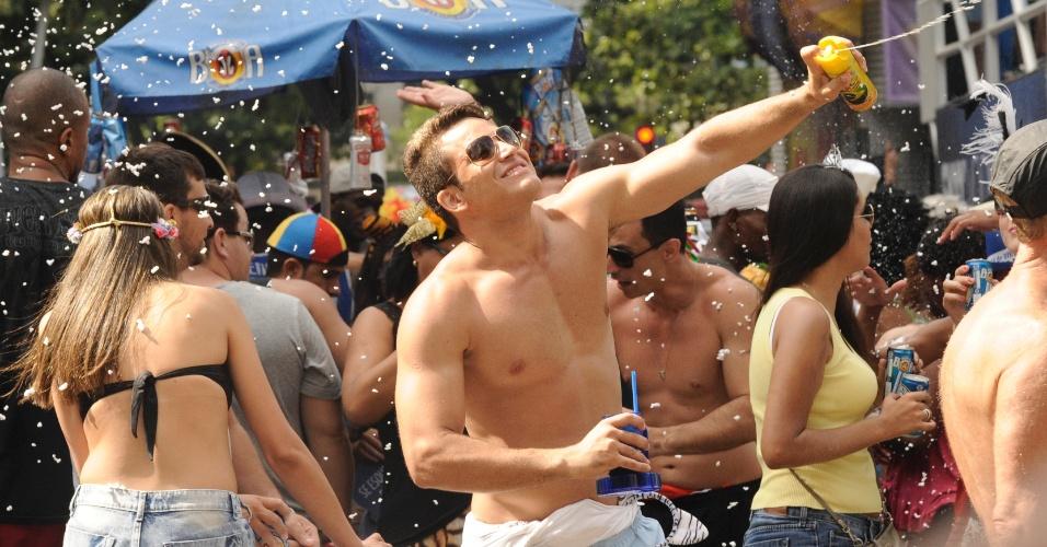 2.mar.2014 - Amigos usam espuma para brincar no bloco Simpatia é Quase Amor