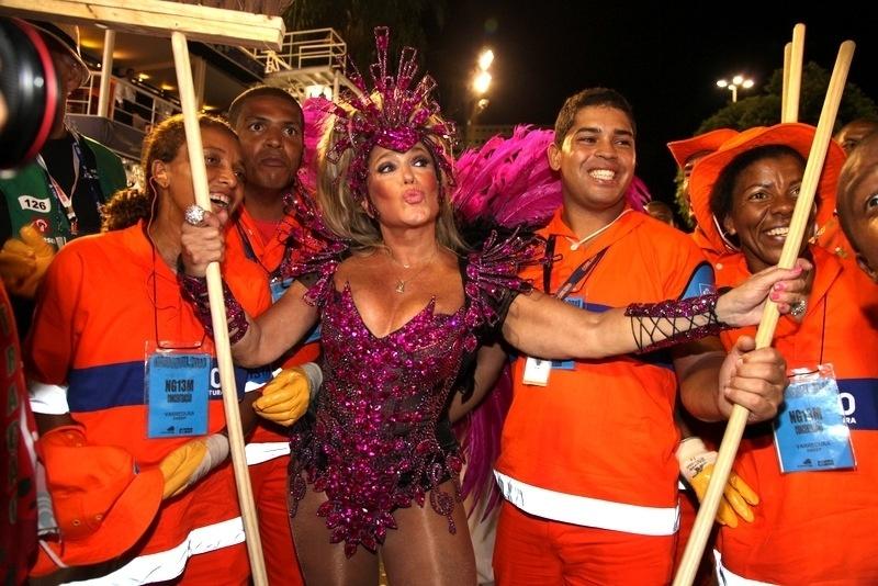 2.mar.2014 - Antes de sair como destaque da Grande Rio, Susana Vieira posa com garis e se diverte
