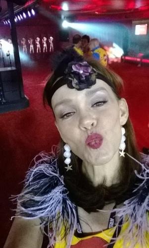 """2.mar.2014 - Atriz Julia Lemmertz, a Helena de """"Em Família"""" curte a primeira noite de desfiles do grupo especial do Rio de Janeiro"""