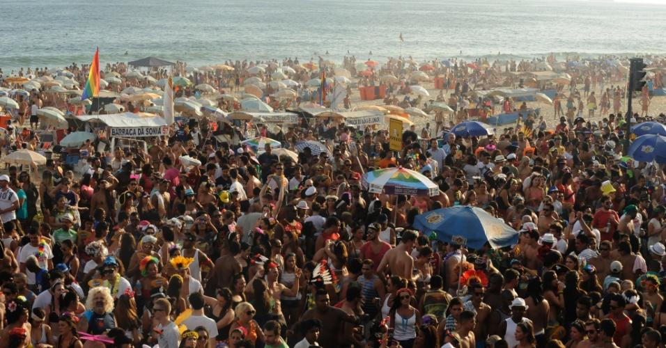 2.mar.2014 - Bloco saiu da Praça General Osório na Zona Sul do Rio de Janeiro na tarde deste domingo (2)