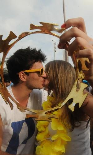 2.mar.2014 - Casal se beija na tarde deste domingo