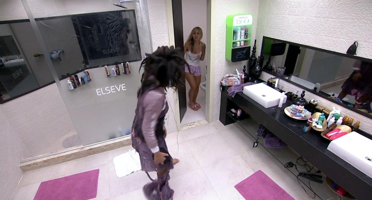 2.mar.2014 - Castigo do monstro! Franciele assusta Vanessa no banheiro