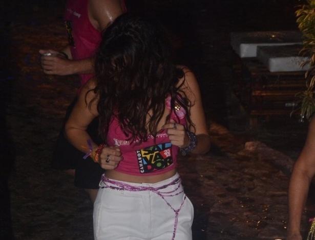 2.mar.2014 - Descalça, Nanda Costa dança na areia e curte show da banda Moinho no Camarote Salvador