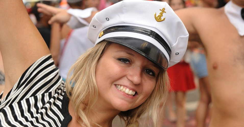 2.mar.2014 - Foliona vai com quepe de marinheiro bloco Simpatia é Quase Amor