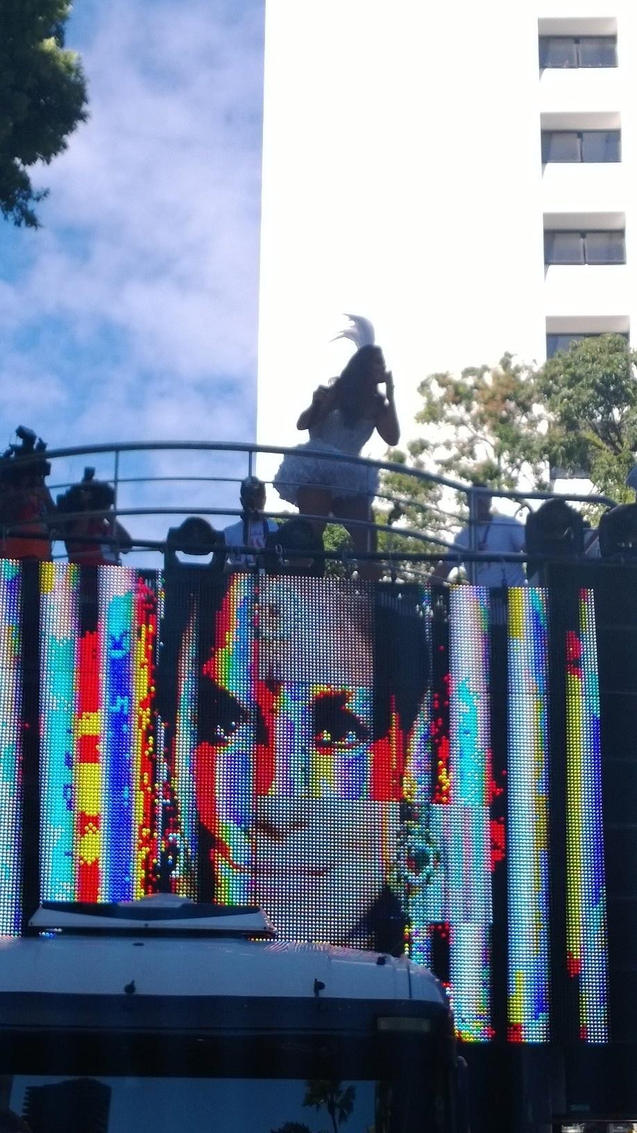 2.mar.2014 - Supostamente grávida de três meses, Ivete Sangalo se apresenta no bloco Coruja, no circuito Campo Grande em Salvador. Segundo o site Glamurama, a cantora, que já é mãe de Marcelo, de quatro anos, espera seu segundo filho com o marido, o nutricionista Daniel Cady. No início da apresentação, Ivete perguntou aos foliões se estava bonita.
