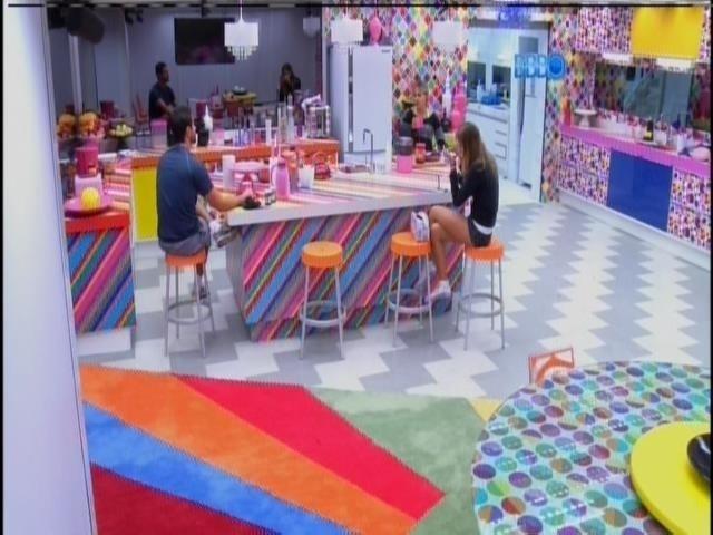 2.mar.2014 - Marcelo, Angela e Vanessa conversam na cozinha