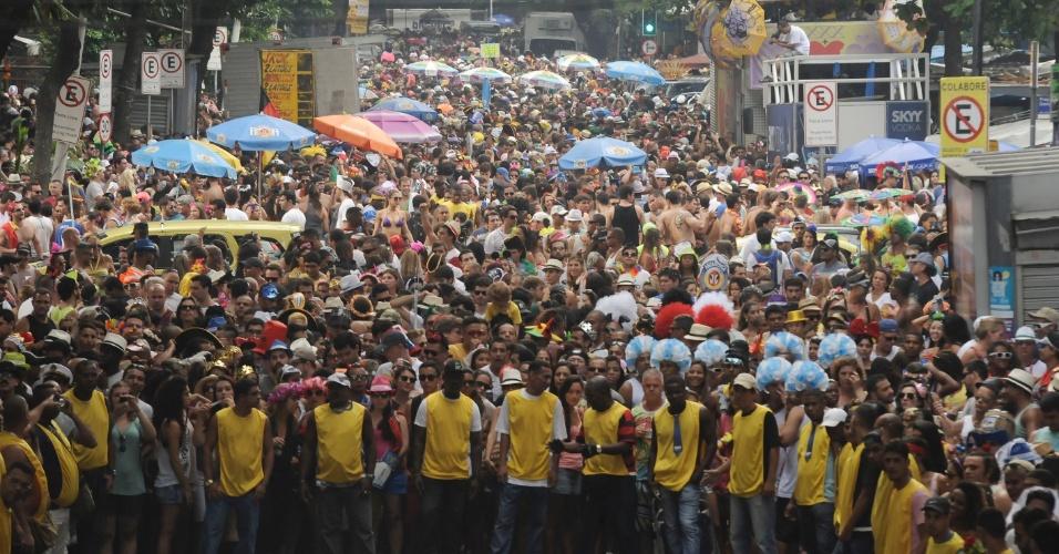 2.mar.2014 - Público acompanha o Bloco Simpatia é Quase Amor que celebra 30 anos de existência