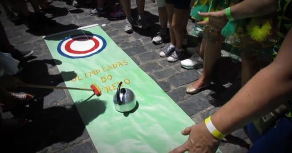 Foliões improvisam torneio de curling no Carnaval de Olinda