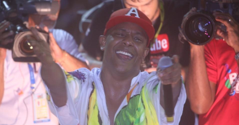 """2.mar.2014 - Liderado por Márcio Victor, Psirico se apresenta no Circuito Osmar (Campo Grande) neste domingo (2). Vocalista vai às lágrimas novamente ao ver multidão cantando em coro """"Lepo Lepo"""", música candidata ao hit do carnaval 2014."""