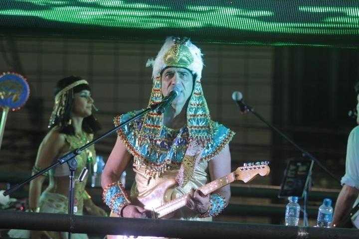 03.mar.2014 - Durval Lélys recebe a cantora Paula Fernandes e também se fantasia de faraó no trio do Asa de Águia