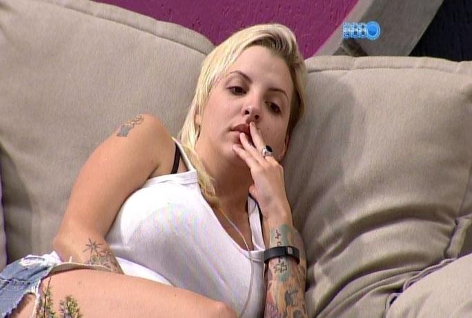 3.mar.2014 - Em conversa com Vanessa, Clara diz que Marcelo está cavando a própria cova