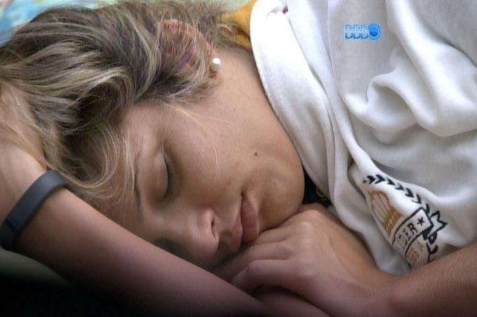 3.mar.2014 - Sem saber, Tatiele passou vinagre nas pernas, acreditando ser repelente
