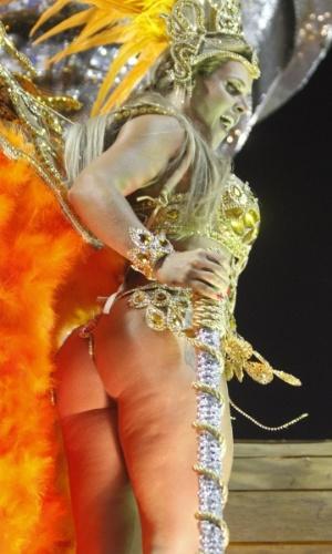 """2.mar.2014 - Denise Rocha, conhecida como """"Furacão da CPI"""", sai em destaque na Grande Rio e deixa celulites à mostra"""
