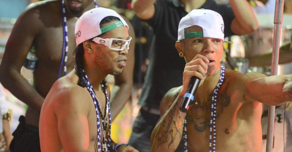 2.mar.2014 - Ronaldinho Gaúcho canta com EdCity no bloco Traz a Massa, no circuito Osmar, em Salvador. O jogador de futebol é amigo do cantor e compôs com ele a música