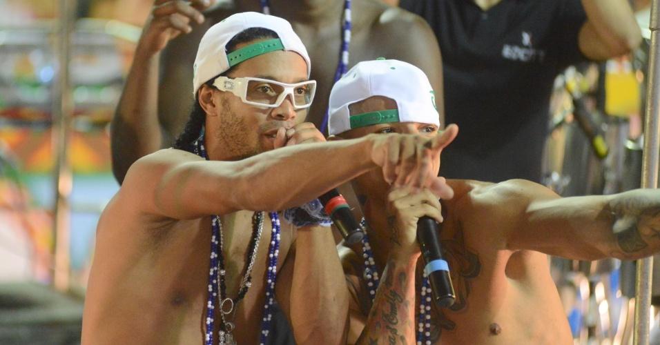 2.mar.2014 - Ronaldinho Gaúcho canta com EdCity no bloco Traz a Massa, no circuito Osmar, em Salvador. O jogador de futebol é amigo do cantor, que colocou uma foto dos dois no Instagram e disse na legenda