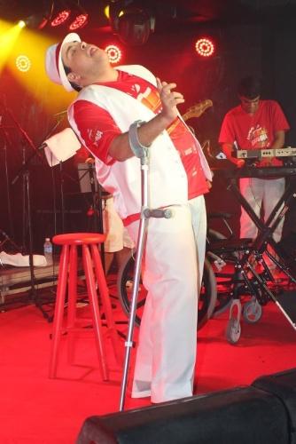 2.mar.2014 - Usando muleta, Tiago Abravanel anima foliões em camarote na Sapucaí