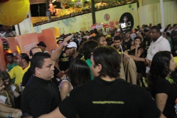 3.mar.2014 - A cantora Paula Fernandes chega escondida e escoltada por seguranças no trio de Asa de Águia, em Salvador.