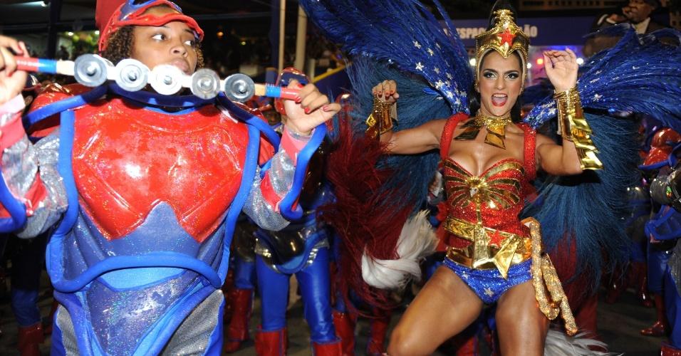 3.mar.2014 - A rainha de bateria Bruna Bruno desfila vestida de Mulher Maravilha à frente de 300 ritmistas