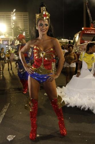 3.mar.2014 - A rainha de bateria da União da Ilha Bruna Bruno vai desfilar vestida de Mulher Maravilha