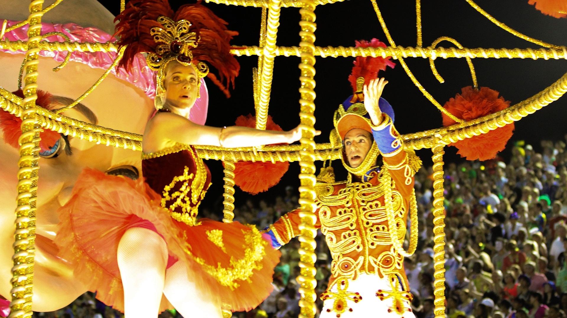 3.mar.2014 - Letícia Spiller e o bailarino Bruno César com a fantasia