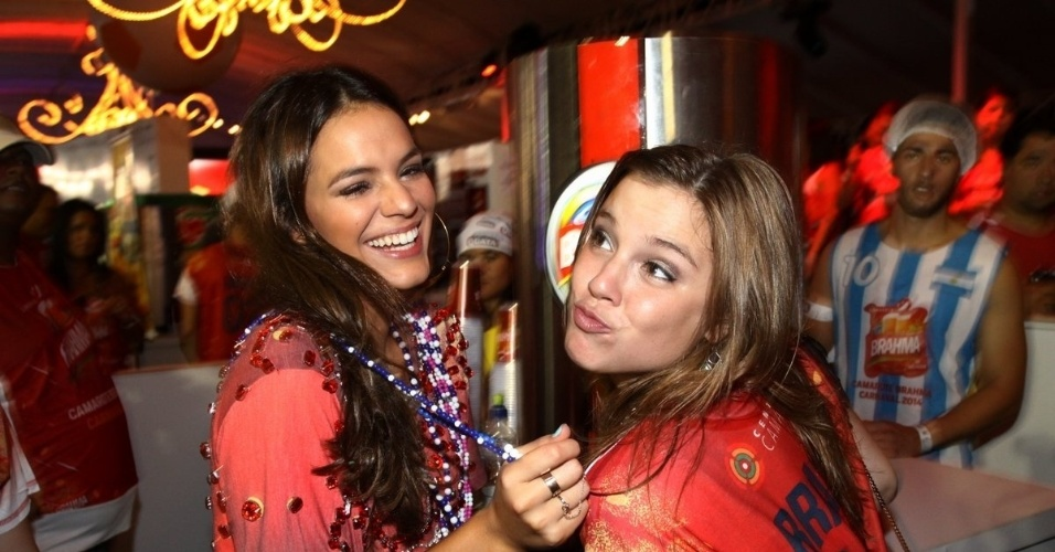 3.mar.2014 - Alice Wegmann faz biquinho ao tirar foto ao lado de Bruna Marquezine em camarote do Carnaval de Salvador