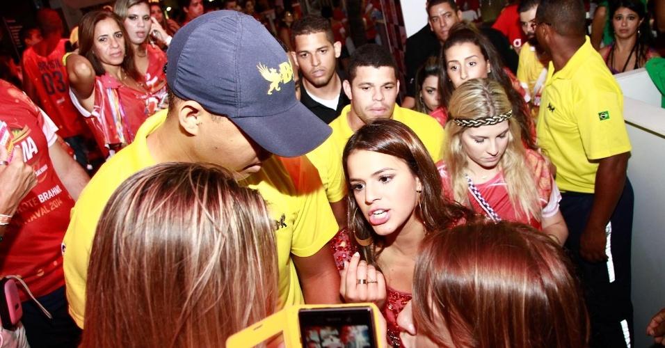 3.mar.2014 - Bruna Marquezine atende à imprensa antes de subir no trio de Ivete Sangalo