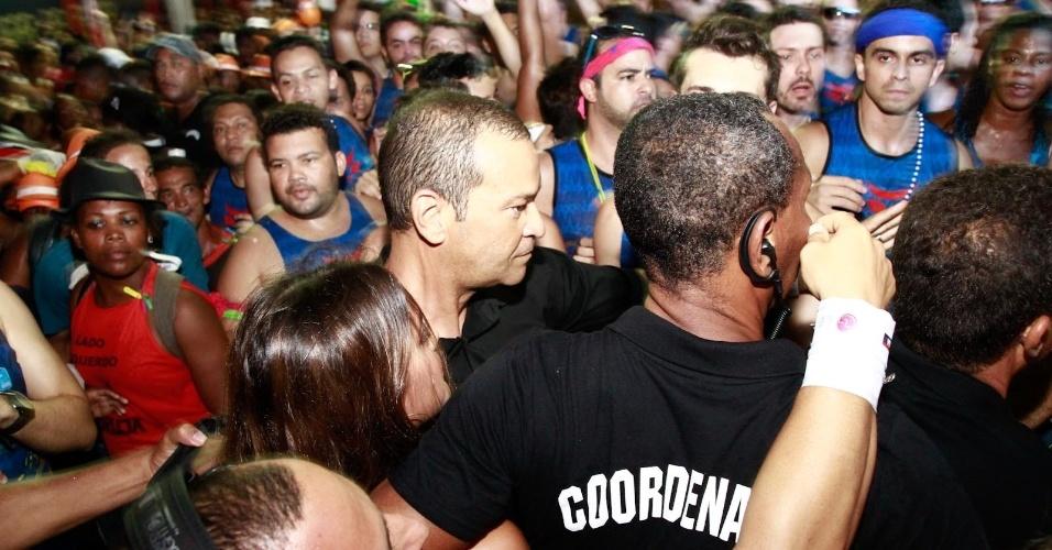 3.mar.2014 - Bruna Marquezine é cercada por seguranças e enfrenta a multidão para conseguir subir no trio de Ivete Sangalo