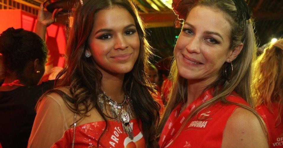 3.mar.2014 - Bruna Marquezine  e Luana Piovani se abraçam em camarote na Sapucaí