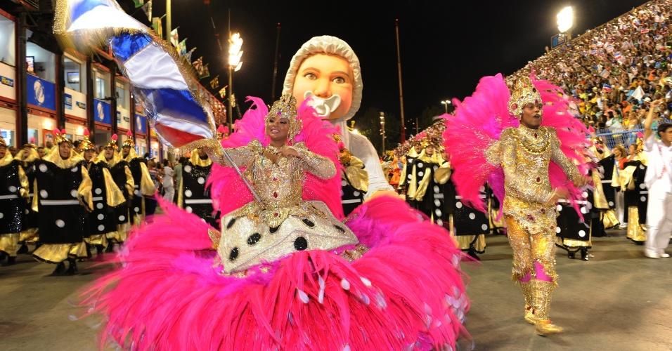3.mar.2014 - Casal de mestre-sala e porta-bandeiras se apresenta durante o desfile da União da Ilha do Governador