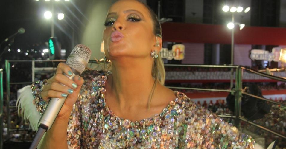 3.mar.2014 - Claudia Leitte faz biquinho ao mandar beijo aos foliões do bloco Largadinho