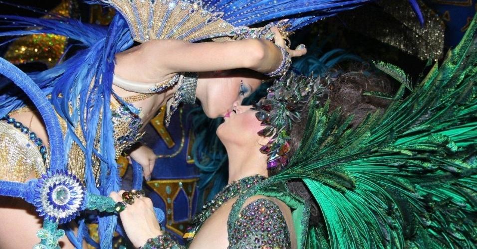 3.mar.2014 - Cláudia Raia beija a filha Sophia na concentração da Beija-Flor
