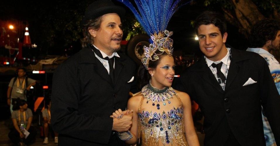 3.mar.2014 - Edson Celulari com os filhos Enzo e Shopia na concentração da Beija-Flor