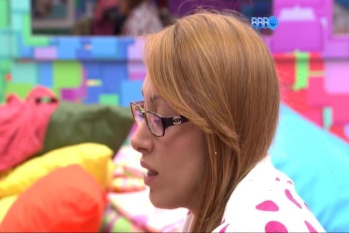 3.mar.2014 - Em conversa com Franciele, Aline sugere que não se arrependeu de ter votado em Angela: