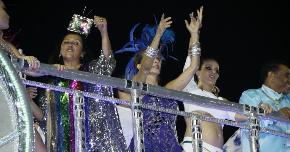 3.mar.2014 - Grávida de seu segundo filho, a atriz Fernanda Pontes deixa a barriga de fora durante desfile da Beija-Flor, que homenageou seu sogro, Boni. Ela é casada com o empresário Diogo Boni