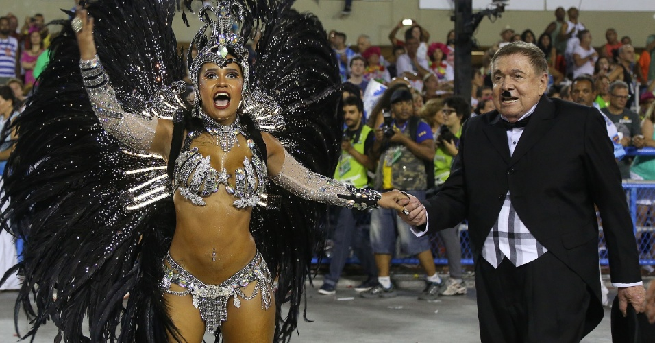 3.mar.2014 - Homenageado pela Beija-Flor, Boni é levado pela rainha Raíssa Oliveira, há 12 anos à frente da bateria