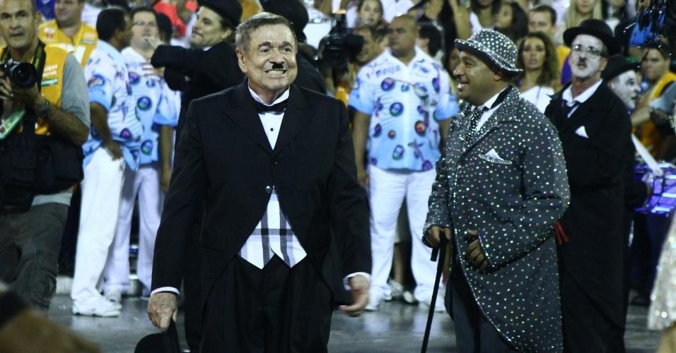3.mar.2014 - Homenageado pela Beija-Flor, Boni entra no desfile vestido de Charlie Chaplin, um de seus ídolos