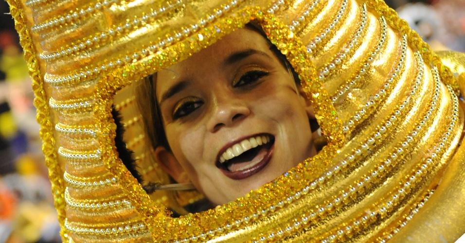 3.mar.2014 - Integrante da União da Ilha do Governador durante o desfile da escola na Sapucaí