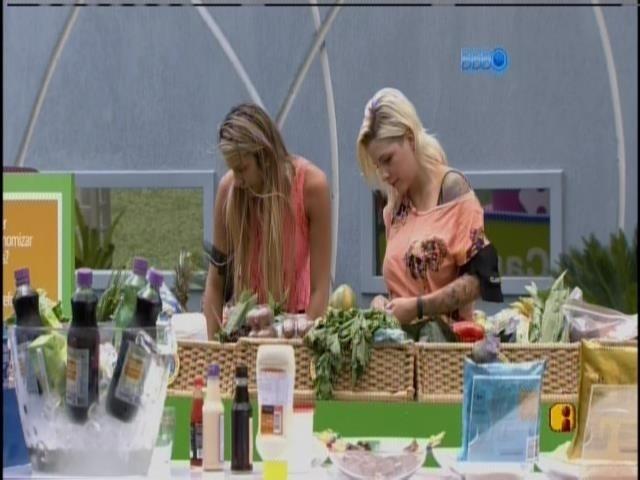 3.mar.2014 - No mercado, Tatiele e Clara compram pelo grupo roxo