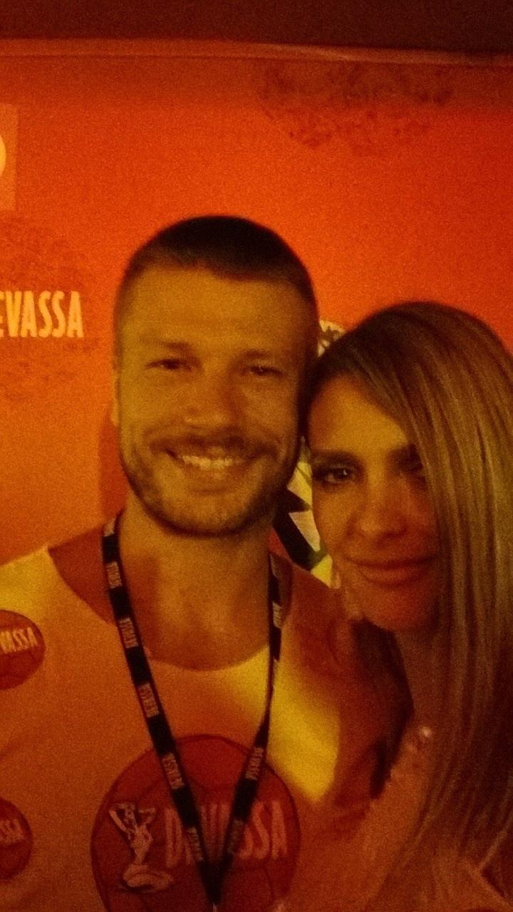 3.mar.2014 - O casal Rodrigo Hilbert e Fernanda Lima curte a segunda noite de desfiles no Rio