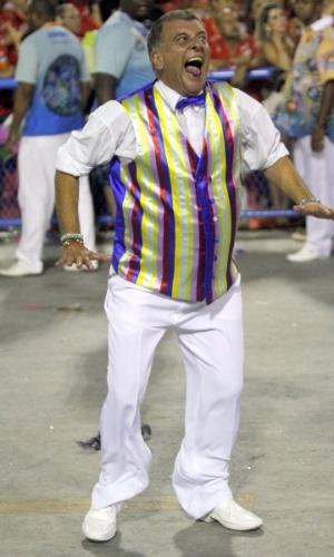 3.mar.2014 - O diretor Jorge Fernando desfila pela Beija-Flor, que homenageou Boni em seu desfile