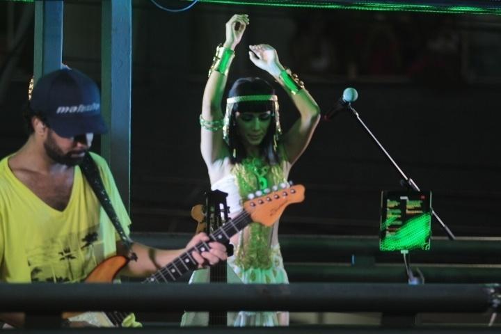 3.mar.2014 - A cantora Paula Fernandes sobe vestida de Cleópatra no trio de Asa de Águia, em Salvador.