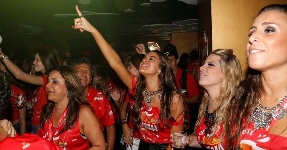 3.mar.2014 - Solteira depois que se separou de Neymar, Bruna Marquezine se diverte no show de Tiago Abravanel em camarote do Rio